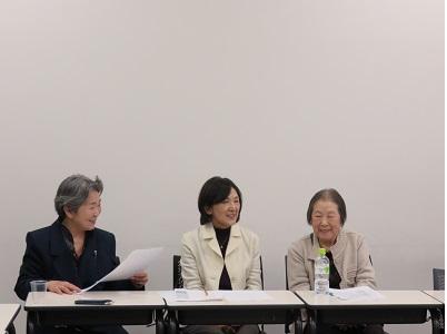 3.21市民・学生の集いで、濱恭子さん(右)と鳥羽洋子さん(中央)