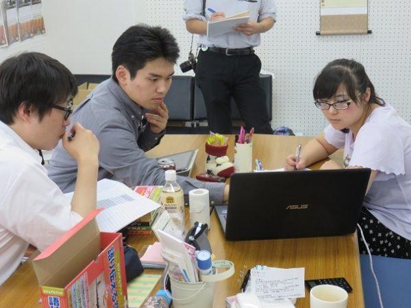 3人のサポーターが1人の証言ビデオをそれぞれ韓国語、英語、中国語に翻訳作業