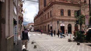私が普段いるエクアドルのクエンカの街角です。治安がよくのんびりしています。