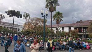 エクアドルの首都キトの独立広場。首都且つ都会なので常に人で賑わっています。